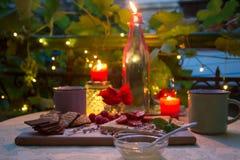 Chocolade, honing en vruchten op romantische dinerlijst Royalty-vrije Stock Afbeeldingen