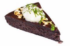 Chocolade kaka med toppning som isoleras på vit Royaltyfri Bild