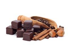 Chocolade, kaneel, hazelnoten, koffiebonen Stock Foto's