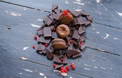 Chocolade kleurrijke macarons over grijs hout Hoogste mening Stock Foto