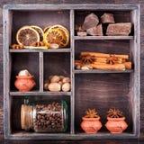 Chocolade, koffiebonen en diverse kruiden royalty-vrije stock afbeeldingen