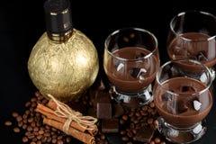 Chocolade, koffielikeur in glasglazen met ijsblokjes met stock foto