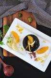 Chocolade Lava Cake met Perzik op plaat Royalty-vrije Stock Afbeeldingen