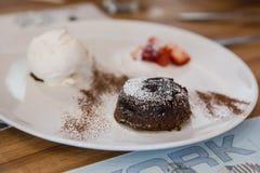 Chocolade Lava Cake op witte schotel Stock Afbeelding
