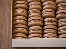 Chocolade macarons in doos Stock Afbeelding