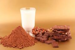 Chocolade, melk, cacao en noten Royalty-vrije Stock Foto