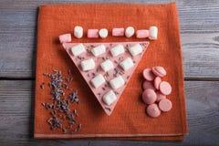 Chocolade met aardbei, heemst en lavendel Royalty-vrije Stock Fotografie