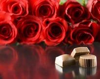Chocolade met rode rozen Stock Afbeeldingen