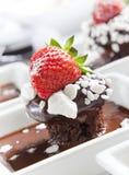 Chocolade mudcake met aardbei Stock Foto