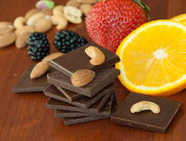 Chocolade, noten, bessen en sinaasappel Royalty-vrije Stock Afbeeldingen