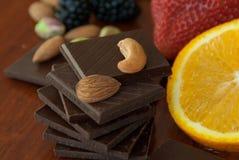 Chocolade, noten, bessen en sinaasappel Stock Afbeelding