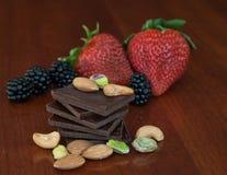 Chocolade, noten en bessen Stock Foto