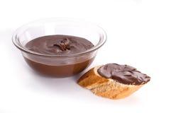 Chocolade op baguette wordt uitgespreid die royalty-vrije stock foto