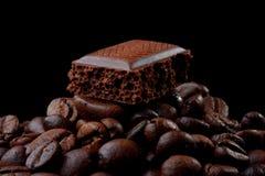 Chocolade op de koffiebonen Royalty-vrije Stock Afbeelding