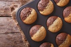Chocolade oranje muffins in de horizontale hoogste mening van de bakselschotel Stock Fotografie