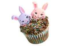 Chocolade Pasen Cupcake met twee konijntjes Royalty-vrije Stock Afbeeldingen
