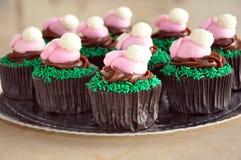 Chocolade Pasen Cupcakes met Konijntjes Royalty-vrije Stock Afbeeldingen