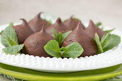 Chocolade profiteroles met plattelandshuisje. Stock Foto's