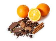 Chocolade, sinaasappel, kruiden op wit worden geïsoleerd dat Selectieve nadruk Royalty-vrije Stock Fotografie