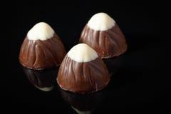 Chocolade trufflle met witte chocolade op bovenkant Stock Foto's