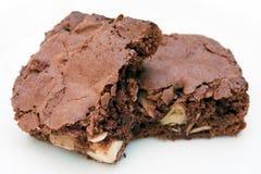 Chocolade twee brownies die samen op wit wordt gestapeld stock afbeeldingen