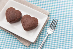 Chocolade Valentine Cake op blauwe doek Stock Foto