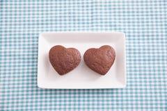 Chocolade Valentine Cake op blauwe doek Stock Fotografie