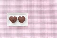 Chocolade Valentine Cake op roze doek Stock Afbeeldingen