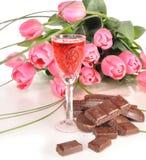 Chocolade, wijn en tulpen. Stock Fotografie