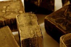 Chocolade Zwarte chocolade Een paar kubussen van zwarte chocolade Chocoladebrokken Chocoladereepstukken Stock Foto