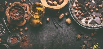 Chocoladeachtergrond met diverse noten, kruiden, cacaopoeder en geesten, hoogste mening Eigengemaakte banketbakkerij met pralines stock fotografie