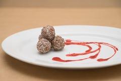 Chocoladebal/Zoete chocolade gemengde hazelnoot en okkernoot Stock Afbeeldingen