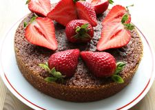 Chocoladecake met aardbeien op bovenkant stock afbeelding