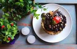 Chocoladecake met aardbeien op bovenkant, met noten wordt bestrooid die Royalty-vrije Stock Foto's