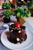 Chocoladecake met aardbeien op bovenkant, met noten wordt bestrooid die Stock Foto's