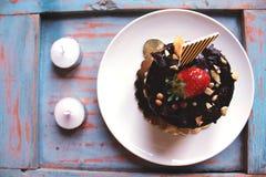 Chocoladecake met aardbeien op bovenkant, met noten wordt bestrooid die Royalty-vrije Stock Foto