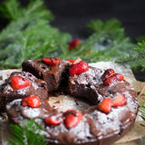 Chocoladecake met aardbeien wordt verfraaid die Stock Fotografie