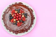 Chocoladecake met bessen wordt verfraaid die Royalty-vrije Stock Foto