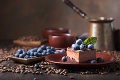 Chocoladecake met bosbessen en munt Stock Foto's