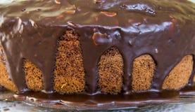 Chocoladecake met chocolade die vanaf de bovenkant druipen Stock Afbeelding