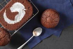 Chocoladecake met Chocoladekoekjes royalty-vrije stock afbeeldingen