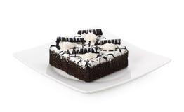 Chocoladecake met chocolat op wit wordt geïsoleerd dat Stock Afbeelding