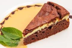 Chocoladecake met creame die op wit wordt geïsoleerd Stock Foto
