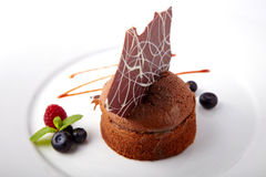 Chocoladecake met de zomerbessen Stock Foto
