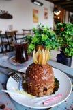 Chocoladecake met een bes op bovenkant, met noten op een whi wordt bestrooid die Stock Fotografie