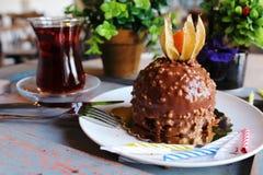 Chocoladecake met een bes op bovenkant, met noten op een whi wordt bestrooid die Stock Foto's
