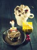 Chocoladecake met een kaars en giften Gelukkige Verjaardag, kaart De kaart van de vakantiegroet Stock Afbeeldingen