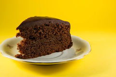 chocoladecake met gele achtergrond Stock Foto