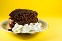 chocoladecake met gele achtergrond Stock Afbeelding