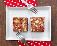 Chocoladecake met granaatappel en amandel wordt verfraaid die Stock Afbeeldingen